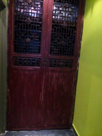 Hotel Cote Cour Beijing: Antique Closet Door