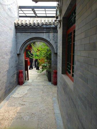 Hotel Cote Cour Beijing: Walkway to Lounge