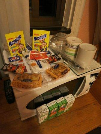 Hostal Gallardo: Завтрак (происходит в номере, вода кипятится в микроволновке)