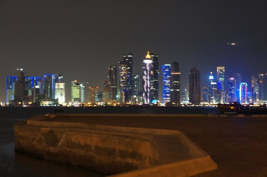 The Corniche : 高層ビルの夜景