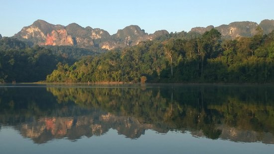 Elephant Hills Tented Camp : The view in the morning on Khao Sok Lake