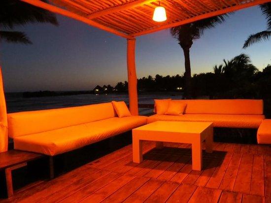 El Pez Colibri Boutique Hotel: The sunset deck... at sunset