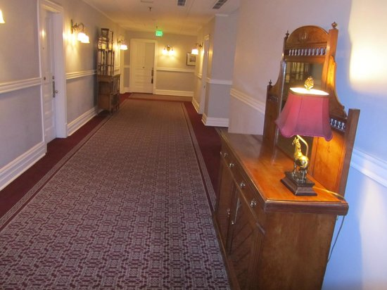 The Oxford Hotel: Hall to our roomm