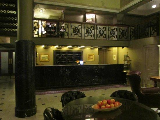 The Oxford Hotel : Hotel's front registration desk