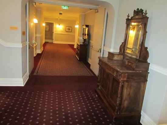 The Oxford Hotel : Hall to our room
