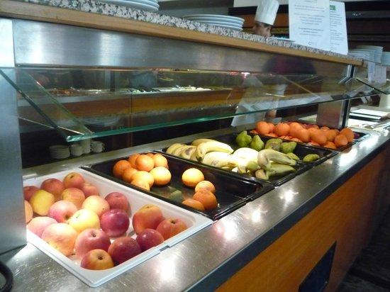 NaturMed Hotel Carbona: Ассортимент фруктов в апреле