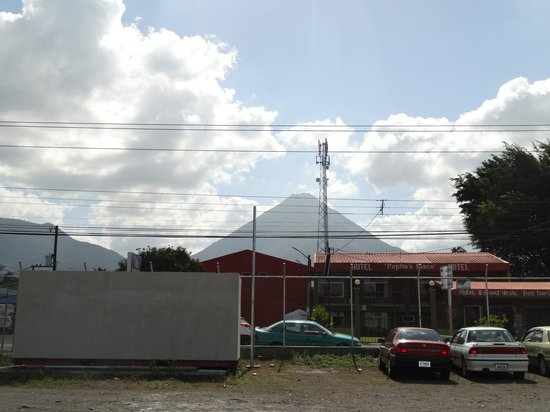 Arenal Hostel Resort: view from the car park