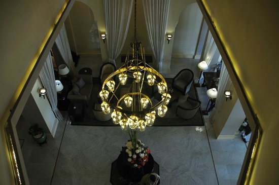 Raffles Hotel Le Royal: View into lobby from stairs