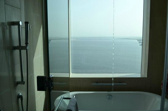 InterContinental Residence Suites Dubai Festival City : View of marina from wet tub/shower area