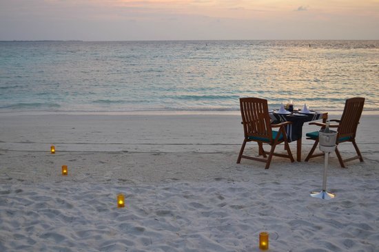 Veligandu Island Resort & Spa: You can dine on the beach at the a la carte restaurant