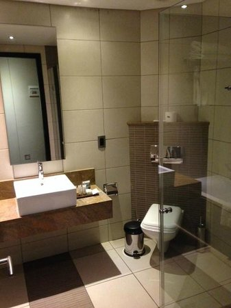 Premier Hotel OR Tambo : Bathroom