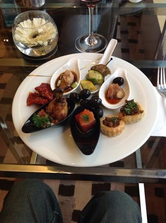 InterContinental Kuala Lumpur: selection of snacks during the happy hour at the Club Lounge