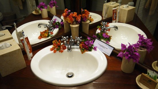 Tamarind Beach Hotel & Yacht Club : Bathroom sink on arrival