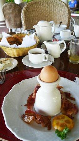 Tamarind Beach Hotel & Yacht Club: Breakfast, hidden egg