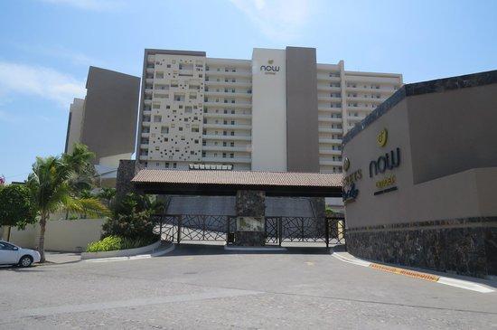 Now Amber Puerto Vallarta: L'hôtel vue de la rue