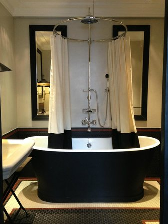 Blakes Hotel: Amazing bathtub!