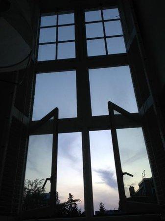 Lloyd Hotel & Cultural Embassy: 部屋の大きな窓