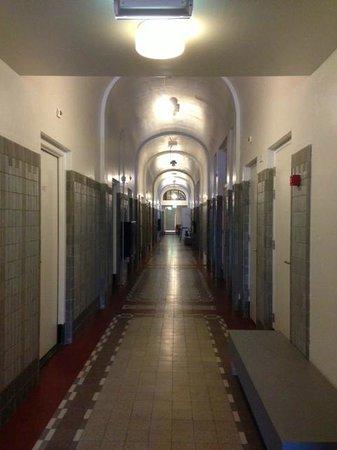 Lloyd Hotel & Cultural Embassy: ホテル1階廊下