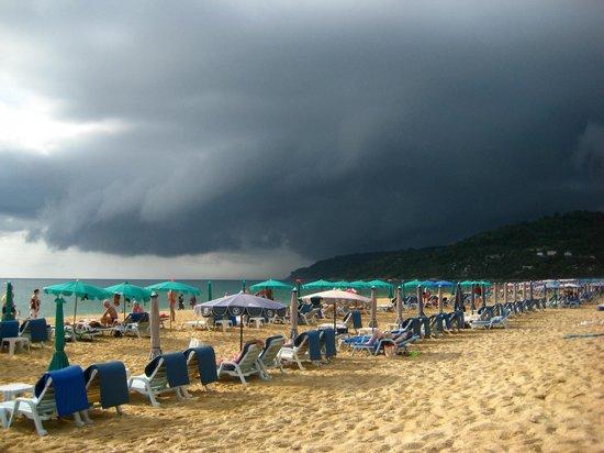 Ramada Phuket Southsea: пляж у отеля