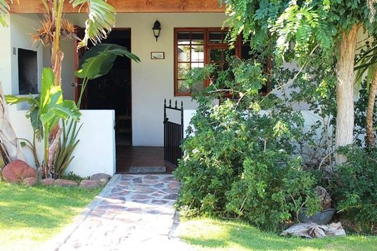 Kleinplasie Guesthouse : All the twin bed chalets are situaed around the garden area and have private patios with braais