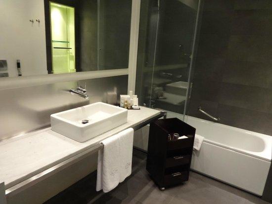 Sixtytwo Hotel: バスルーム