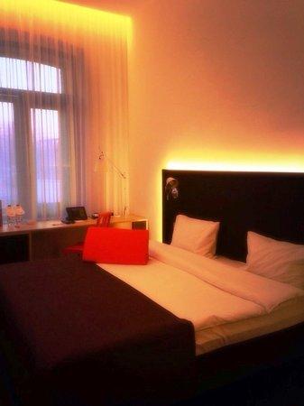 Azimut Moscow Tulskaya Hotel: 部屋の中は赤く温かみのある雰囲気
