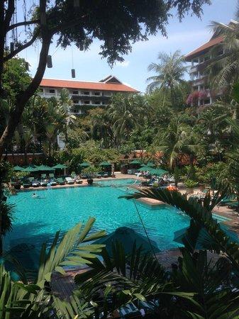 Anantara Riverside Bangkok Resort : Anantara pool area