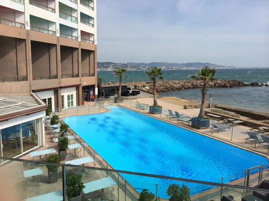 Vue de la piscine depuis la r ception picture of pullman for Piscine mandelieu