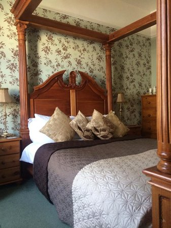 The Bromley: Four poster room with bathroom