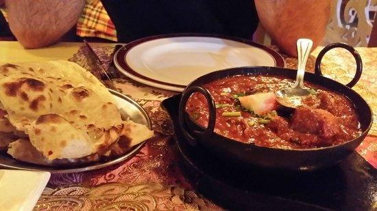 Razmataz : Hühnchen Madrass-scharf mit Naan-Brot/Reis