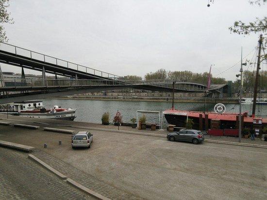 Ibis Styles Paris Bercy : ホテルの脇の公園からセーヌの南側に渡るモダンなウッドフロアでできた橋を南側から撮った写真です。