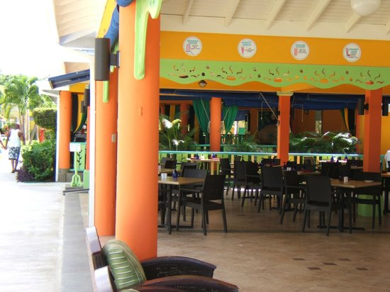 Grand Pineapple Beach Negril: View of the dining area from the bar/beach