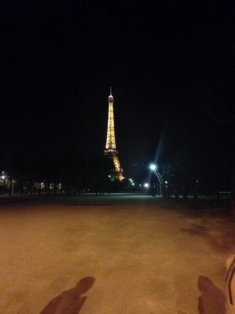 Le Montclair Hostel: the eiffel tower is magnificent at night