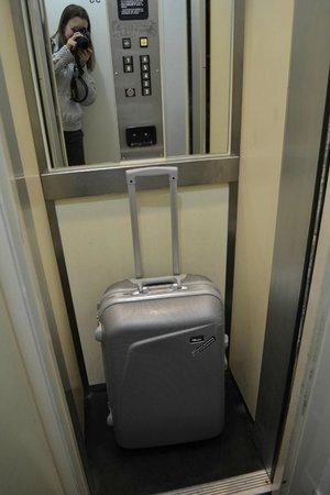 Hotel Nemours : собственно крошечный лифт, очень похож на шкаф