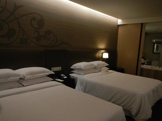 Four Points By Sheraton Bangkok, Sukhumvit 15 : シックな広々としたお部屋です。