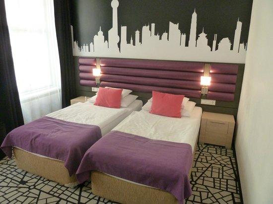 Cosmo City Hotel : Zeer kleurrijke kamer