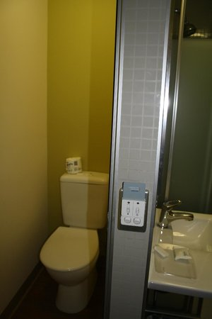 Ibis Budget Sydney Olympic Park Hotel: toilet and shower area
