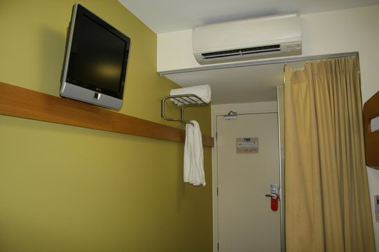Ibis Budget Sydney Olympic Park Hotel: weird place for a towel rack