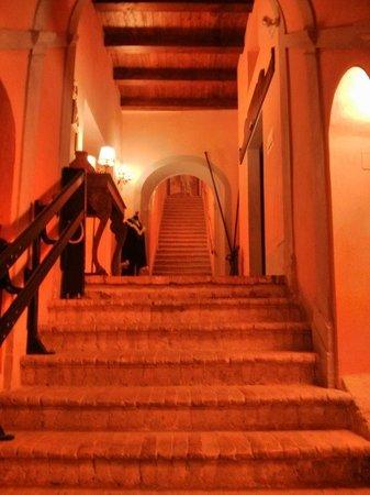 Villa Sgariglia Resort Campolungo: Scala affrescata interna