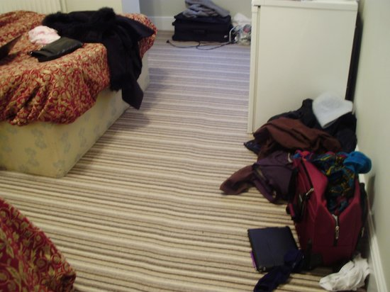 Euro Hotel Hammersmith: No places to put our things - no hooks - no closets
