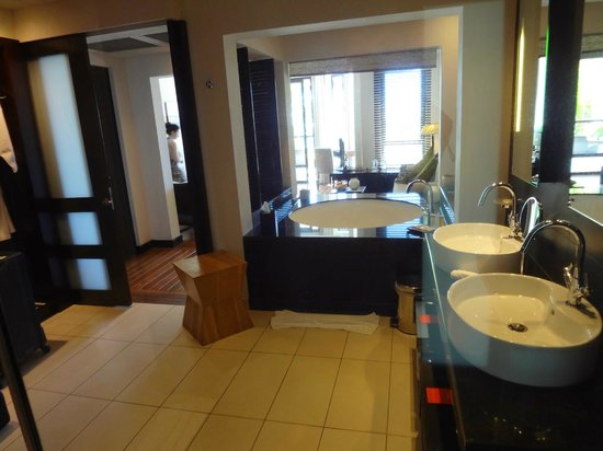 Le Cardinal Exclusive Resort: Blick aus der Dusche durchs Bad in den Wohnbereich der Junior Suite