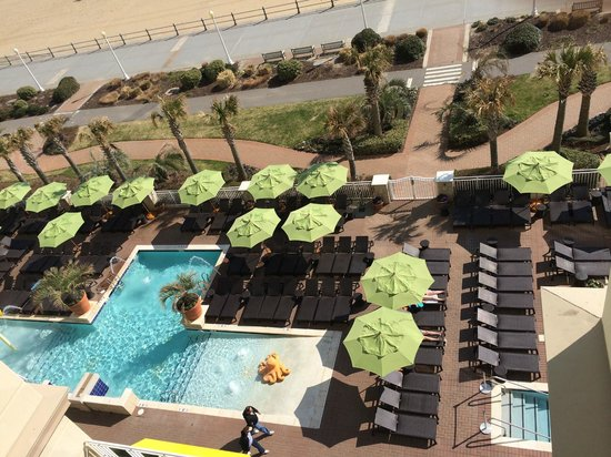 Ocean Beach Club: Looking down from our balcony at the pool