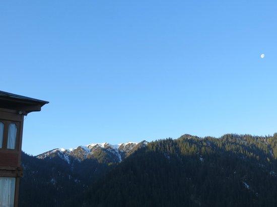 Banjara Retreat & Cottage - Sojha : The view of Jalori pass and the valley