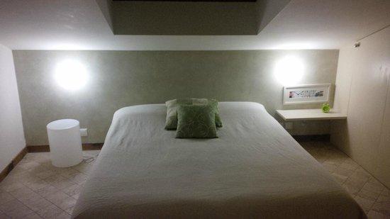 La DimORA Residence: camera con finestra da tetto sul letto