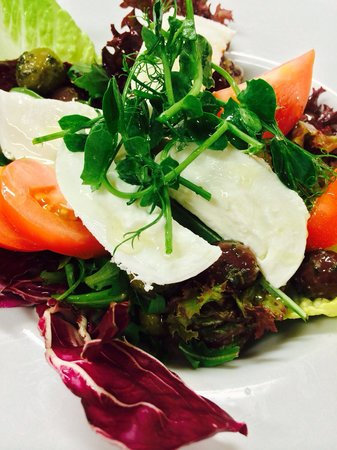 Rhubarb Bar & Brasserie: Tomato and mozzarella salad