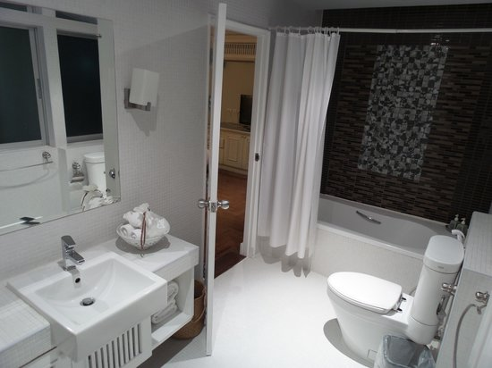 At Pingnakorn Hotel Chiangmai : Large spacious attractive main bathroom (with one light not working and used towel not removed b
