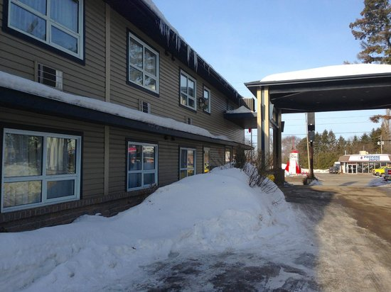 Super 8 Sault Ste Marie ON: Average but pricey hotel