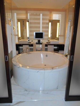 The Landmark Mandarin Oriental, Hong Kong: Delux bathroom