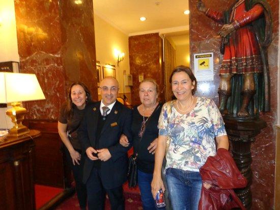 Hotel Napoleon : Hall de entrada com o concierge Roberto