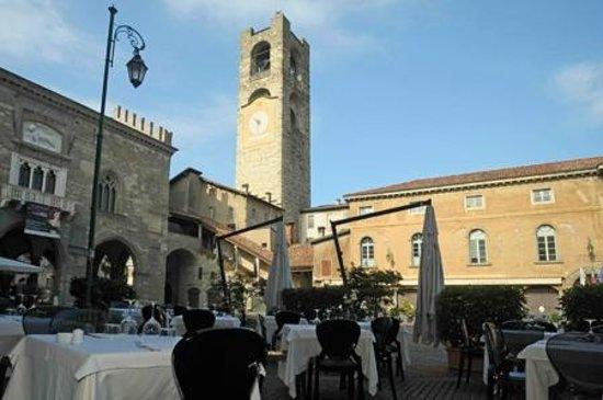 Trattoria Sant Ambroeus: tavoli in piazza Vecchia